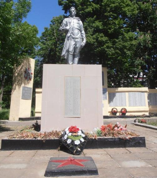 ст-ца. Саратовская г. Горячий Ключ. Памятник по улице Ленина, установленный на братской могиле советских воинов.