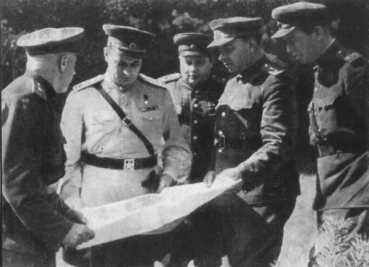 П. И. Иголкин, И. Д. Черняховский, В. Е. Макаров, Н. И. Крылов. С. А. Деньгин на КП 5-й армии. Август 1944 г.