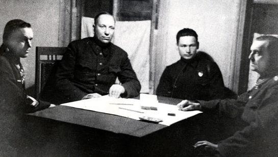 Допрос Фридриха Паулюса Николаем Вороновым (по центру) и Константином Рокоссовским (слева). Февраль 1943 г.