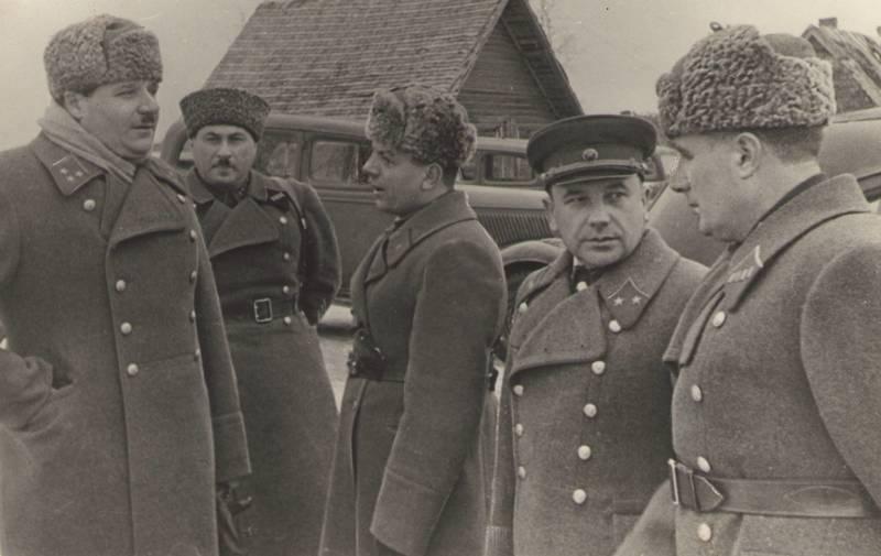 Болдин среди офицеров. 1942 г.