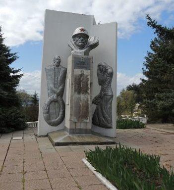 с. Уч-Дере, округа г. Сочи. Памятник по улице Семашко 17а, установленный на братской могиле, в которой похоронен 71 советский воин.