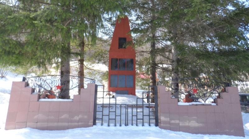 с. Харциз-1 округа г. Сочи. Памятник землякам, установленный по улице Лучевой.