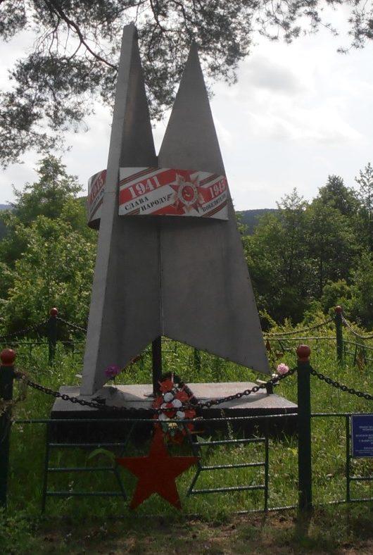 с. Хребтовое г. Горячий Ключ. Памятник, установленный на братской могиле советских воинов, погибших в годы войны.