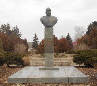 п. Венцы Гулькевичского р-на. Бюст дважды Героя Советского Союза В.В. Горбатко, установленный на площади перед Домом культуры.