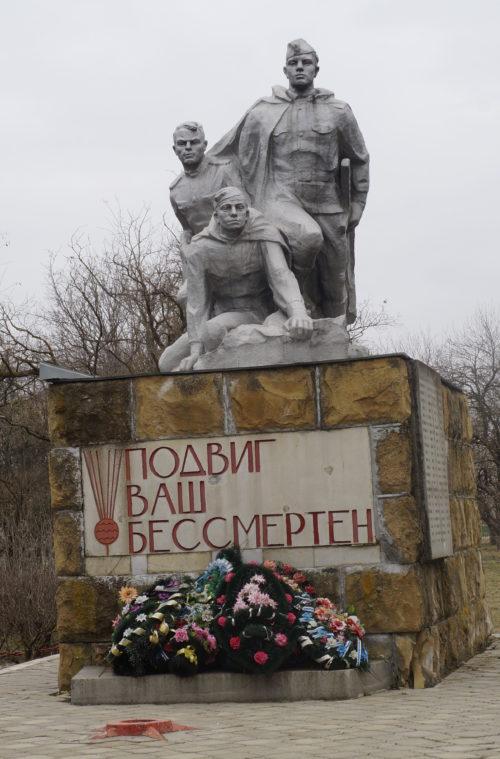 ст-ца Канеловская Староминского р-на. Памятник по улице Пионерской, установленный на братской могиле советских воинов, погибших в боях с фашистскими захватчиками.