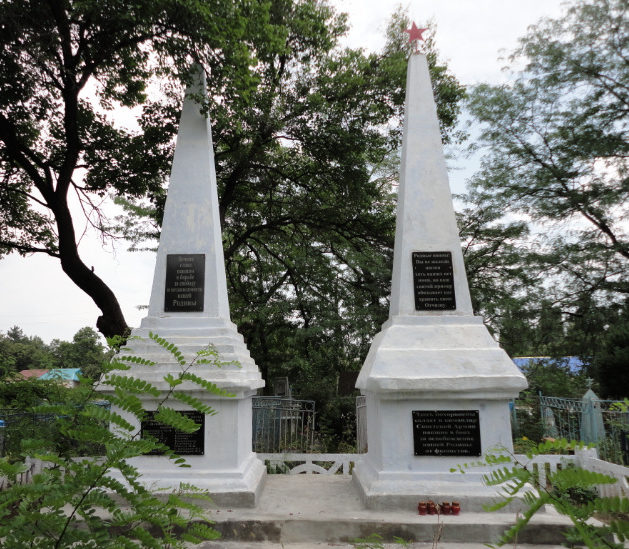 п. Гирей Гулькевичского р-на. Памятники, установленные на братских могилах советских воинов.