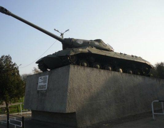 ст-ца. Староминская. Памятник-танк ИС-3 на постаменте в центре станицы.