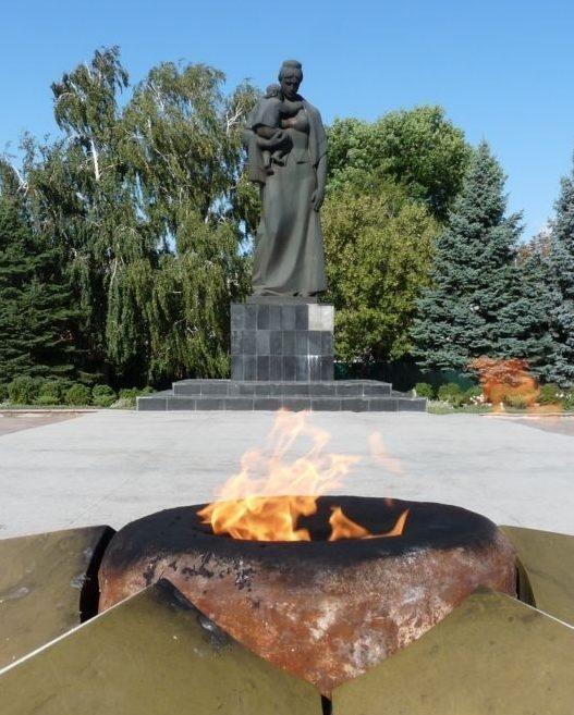 Памятник и «Вечный огонь» на мемориале.
