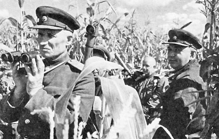 Командующий 69 армией генерал-лейтенант В.Д. Крюченкин (слева) и заместитель командующего Воронежским фронтом генерал армии И.Р. Апанасенко на НП армии. Июль 1943 г.