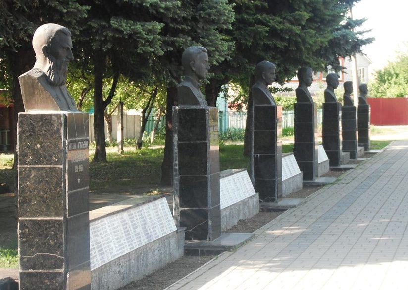 Аллея героев у мемориала.