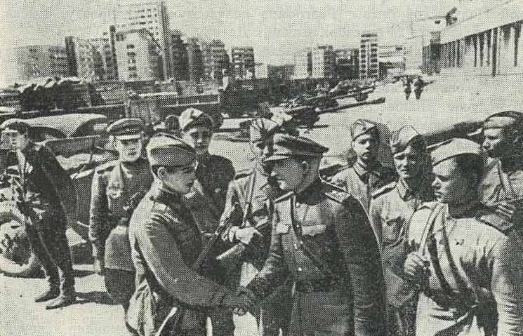 Крюченкин среди воинов-освободителей Харькова. 1943 г.