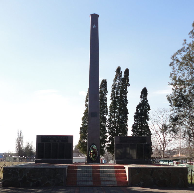 ст-ца. Алексее-Тенгинская Тбилисского р-на. Мемориал по Ушинского 2а, установленный на братской могиле советских воинов, погибших в боях с фашистскими захватчиками.