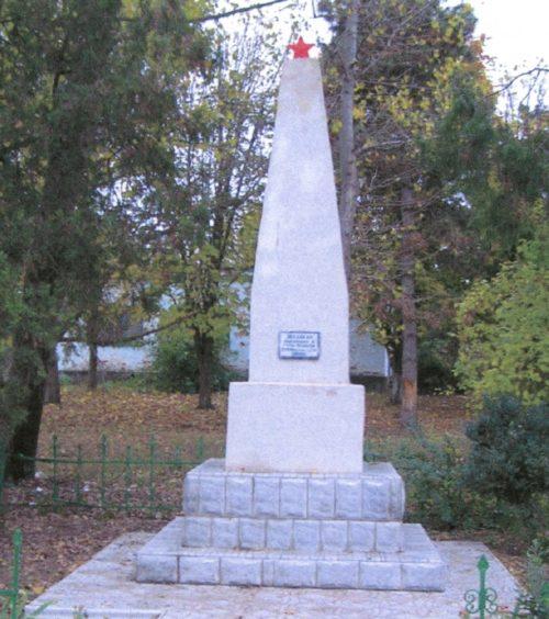 п. Заря Гулькевичского р-на. Памятник по улице Восточной 56, землякам, погибшим в годы войны.