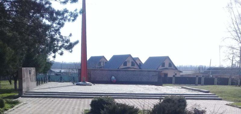 х. Марьинский Тбилисского р-на. Памятник землякам, установленный по улице Мамеева 65а.