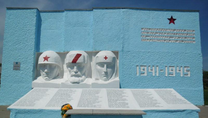 п. Красносельский Гулькевичского р-на. Памятник погибшим землякам, установленный по улице Школьной.