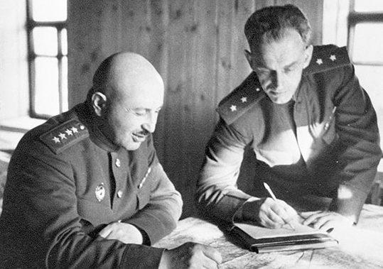 Командующий фронтом И.Х. Баграмян и начальник штаба В.В. Курасов. Июнь 1944 г.