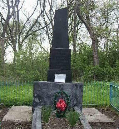 х. Песчаный Тбилисского р-на. Братская могила советских воинов по улице Первомайская, 53.