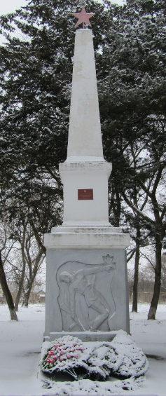 п. Кубань Гулькевичского р-на. Памятник по улице Школьной 1а, установленный на братской могиле, в которой похоронено 4 советских воина.