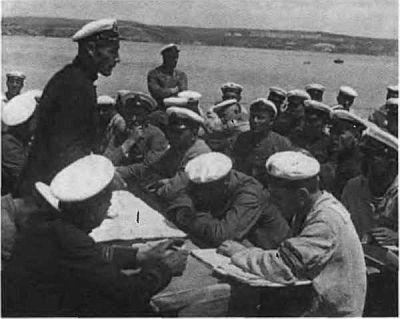 Старший помощник командира крейсера «Красный Кавказ» Н. Г. Кузнецов проводит занятия с командой. 1932.
