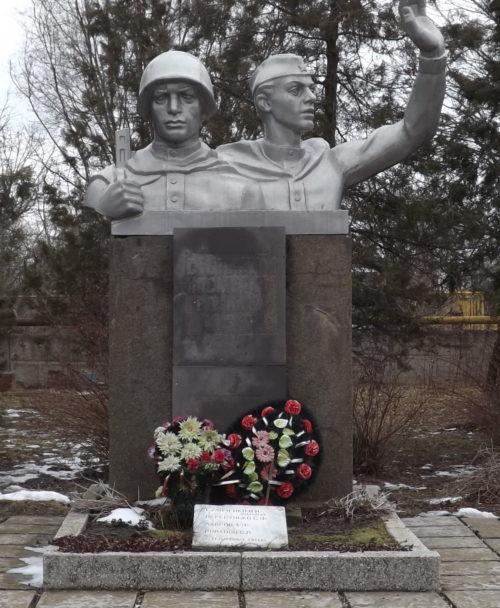 с. Майкопское Гулькевичского р-на. Памятник по улице Кирова 16а, установленный на братской могиле, в которой похоронено 13 советских воинов.