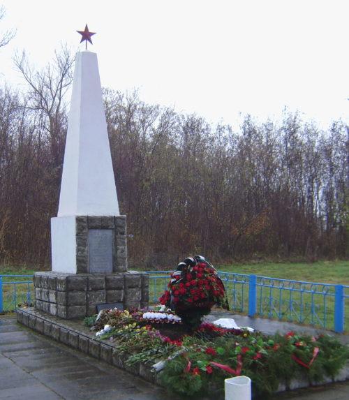 с. Николенское Гулькевичского р-на. Памятник по улице Октябрьской 76, установленный на братской могиле, в которой похоронено 6 советских воинов.