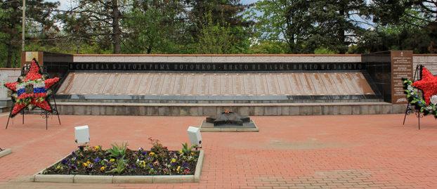 Фрагмент мемориала – стена памяти.
