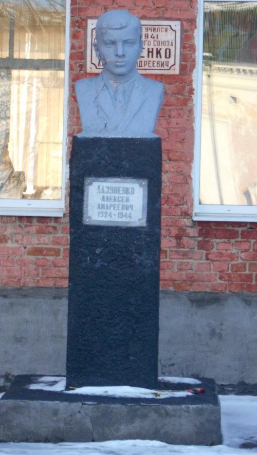 с. Новомихайловское Гулькевичского р-на. Бюст Героя Советского Союза А.А. Лазуненко, установленный на улице Лазуненко 15.