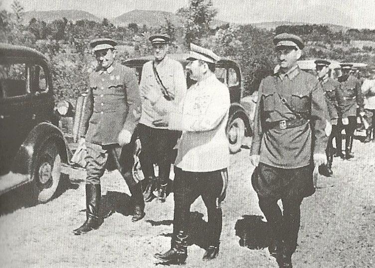 Михаил Ефремов с Семеном Буденным на военных учениях. 1940 г.
