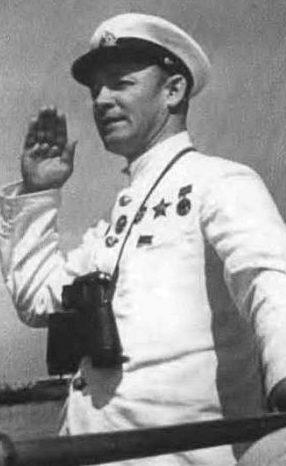 Нарком флота Н. Г. Кузнецов проводит смотр кораблей Черноморского флота. 1939 г.