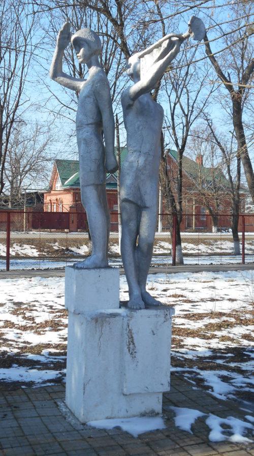с. Отрадо-Ольгинское Гулькевичского р-на. Памятный знак учителям и ученикам, погибшим в годы войны, установленный по улице Ленина 53а.