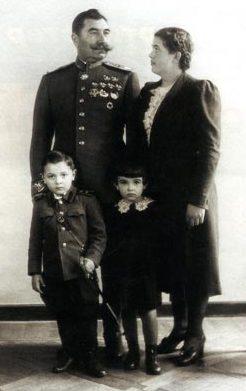 Буденный с третьей женой Марией и детьми. 1943 г.