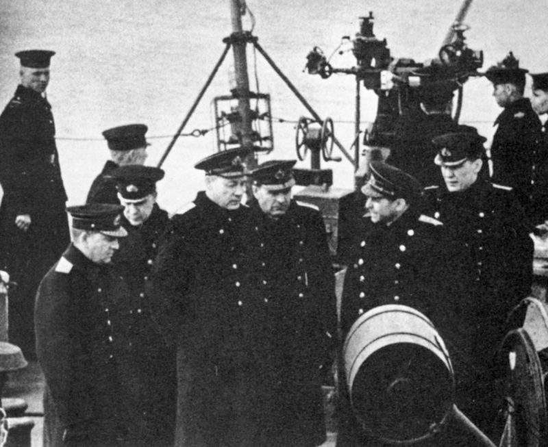 Нарком ВМФ Н. Г. Кузнецов на борту эсминца Северного флота «Громкий». 1943 г.