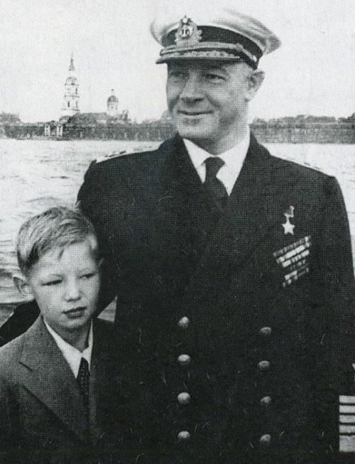 Кузнецов с сыном Николаем в День ВМФ. 1947 г.