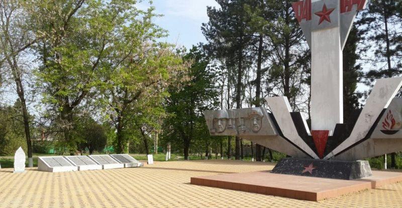 с. Соколовское Гулькевичского р-на. Памятник, установленный на братской могиле советских воинов и обелиск землякам, погибшим в годы Великой Отечественной войны.