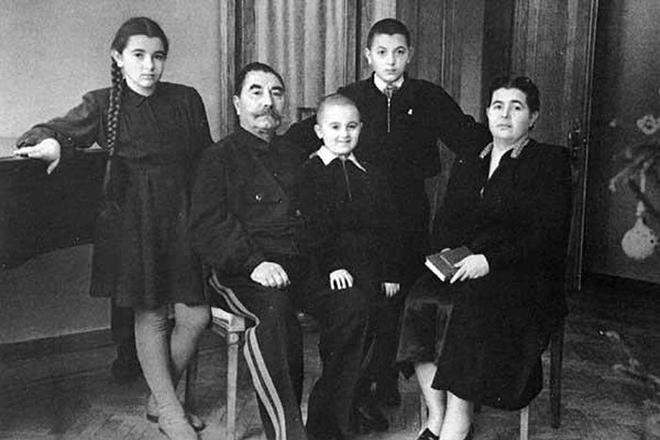 Семен Буденный с семьей. 1954 г.