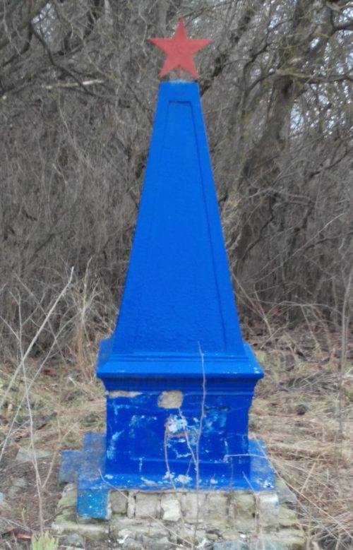 х. Старомавринский Гулькевичского р-на. Памятник по улице Привольной 20, установленный на братской могиле советских воинов.