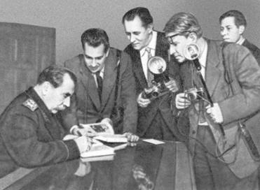 Маршал ставит автографы на книге мемуаров «Пройденный путь». 1958 г.