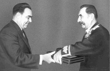 Л. И. Брежнев вручает С. М. Буденному вторую медаль «Золотая Звезда». 1963 г.