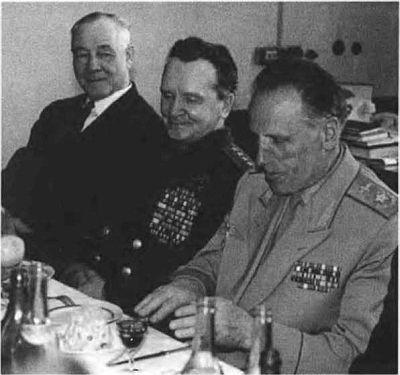 Ветераны Н. Г. Кузнецов с П. И. Батов и А. Е. Голованов. 1969 г.