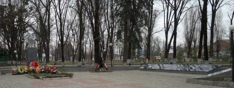 ст-ца. Васюринская Динского р-на. Мемориал по улице Ленина 98а, установленный на братской могиле летчиков морской авиации, погибших в годы войны.