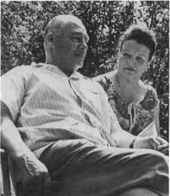 Кузнецов с женой на даче. 1970 г.