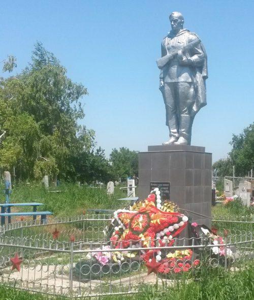 ст-ца. Воронцовская Динского р-на. Памятник на кладбище, установленный на братской могиле, в которой похоронено 42 советских воина.