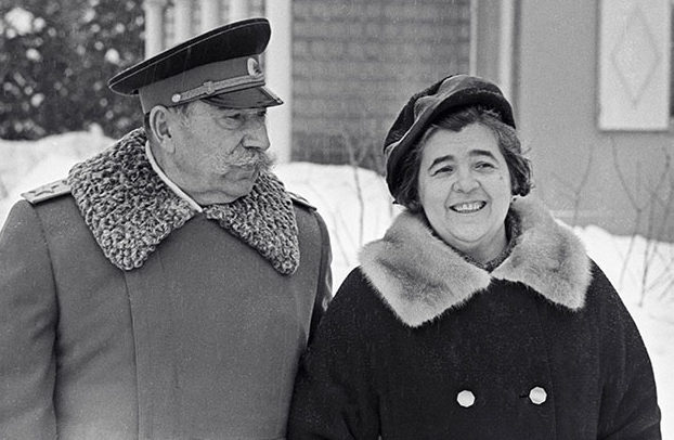 Семён Будённый с женой, зятем Михаилом Державиным и внуками. 1966 г.