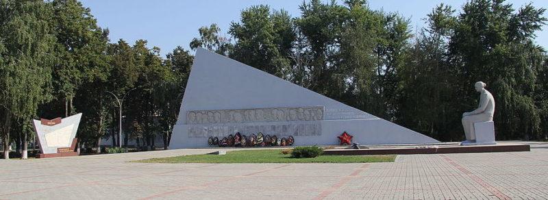 ст-ца. Динская. Памятник у средней школы №2, установленный на братской могиле советских воинов.