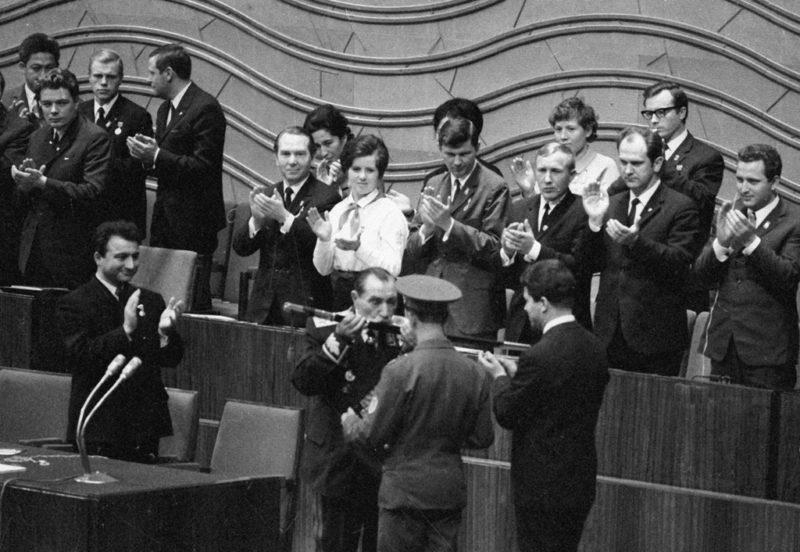 Будённый вручает комсомольцам свою боевую шашку на XVI съезде ВЛКСМ. 1970 г.