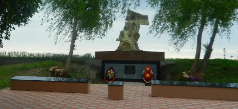 х. Карла Маркса Динского р-на. Памятник по улице Южной, установленный на братской могиле советских воинов.