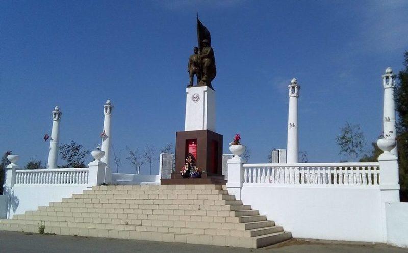 с. Красносельское Динского р-на. Памятник, установленный на братской могиле советских воинов.