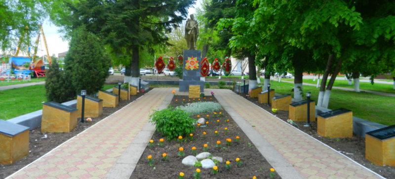 ст-ца. Новотитаровская Динского р-на. Памятник, установленный на братской могиле, в которой похоронено 600 советских воинов.