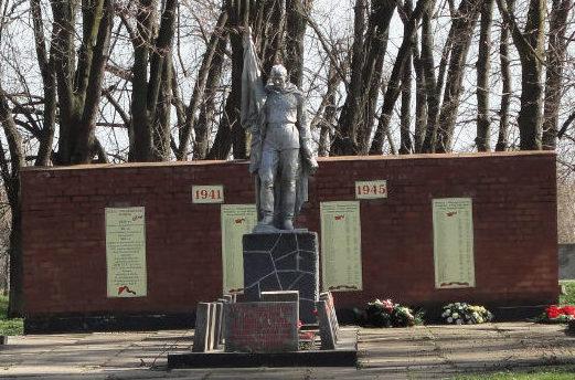 с. Первореченское Динского р-на. Памятник по улице Ленина, установленный на братской могиле, в которой похоронено 149 советских воинов, погибших в годы войны.