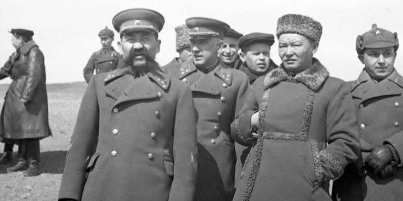 Генерал-полковник О.И. Городовиков, инспектор кавалерии РККА, генерал-лейтенант П.А. Курочкин, командующий войсками ЗабВО и маршал Х. Чойбалсан. Монголия, 5 апреля 1941 г.